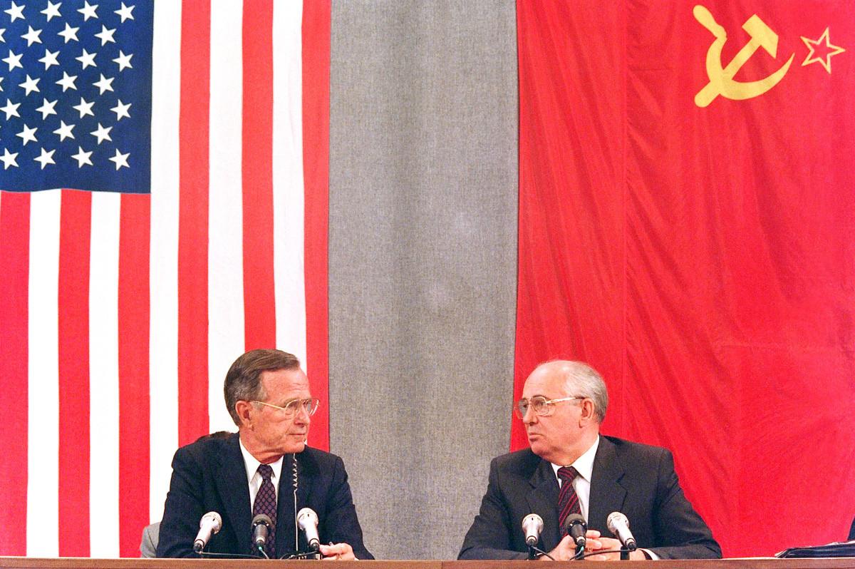 Снимка, направена на 31 юли 1991 г., показва американския президент Джордж Буш и съветския му колега Михаил Горбачов по време на пресконференция в Москва, на която приключва двудневната американо-съветска среща на върха, посветена на разоръжаването.