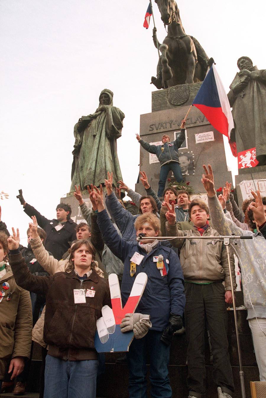 Un groupe de jeunes citoyens de Tchécoslovaquie célébrant, le 11 décembre 1989 à Prague, la nomination du premier gouvernement non communiste en 40 ans.