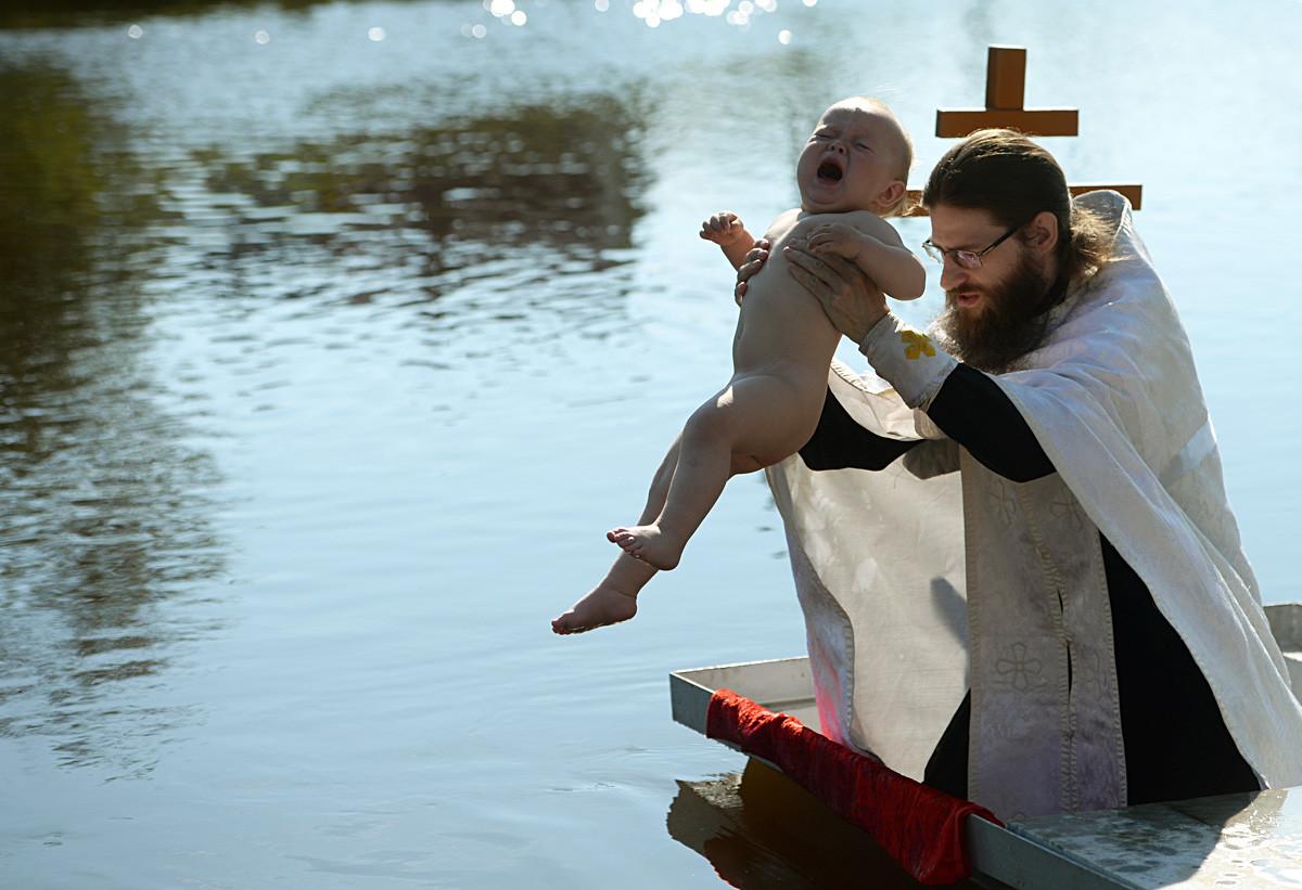 Pembaptisan di Sungai Chusovaya, dekat Gereja Pangeran Vladimir, Stantsionny-Polevskoy.