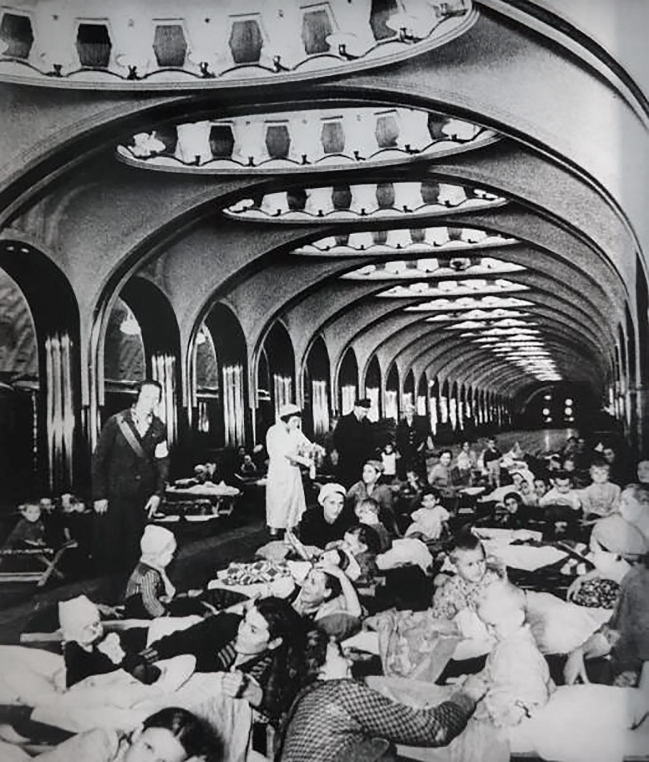 Na stanici Majakovskaja. Moskva, 1941.