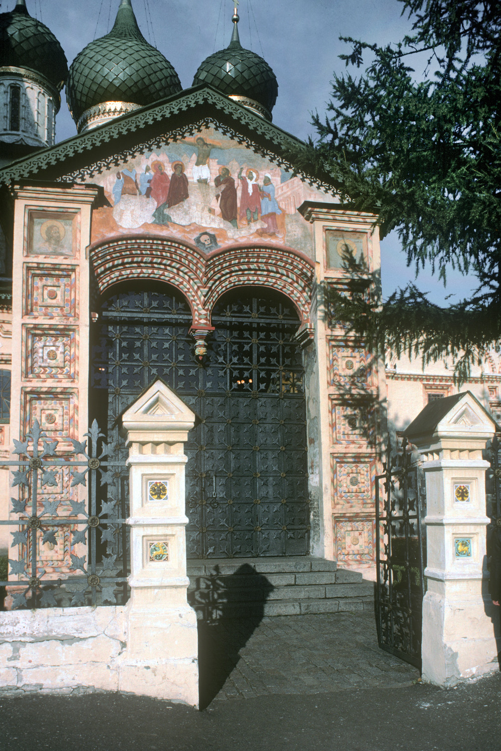 Yaroslavl. Church of Elijah the Prophet. West entrance porch with painting of Crucifixion. August 21, 1988.