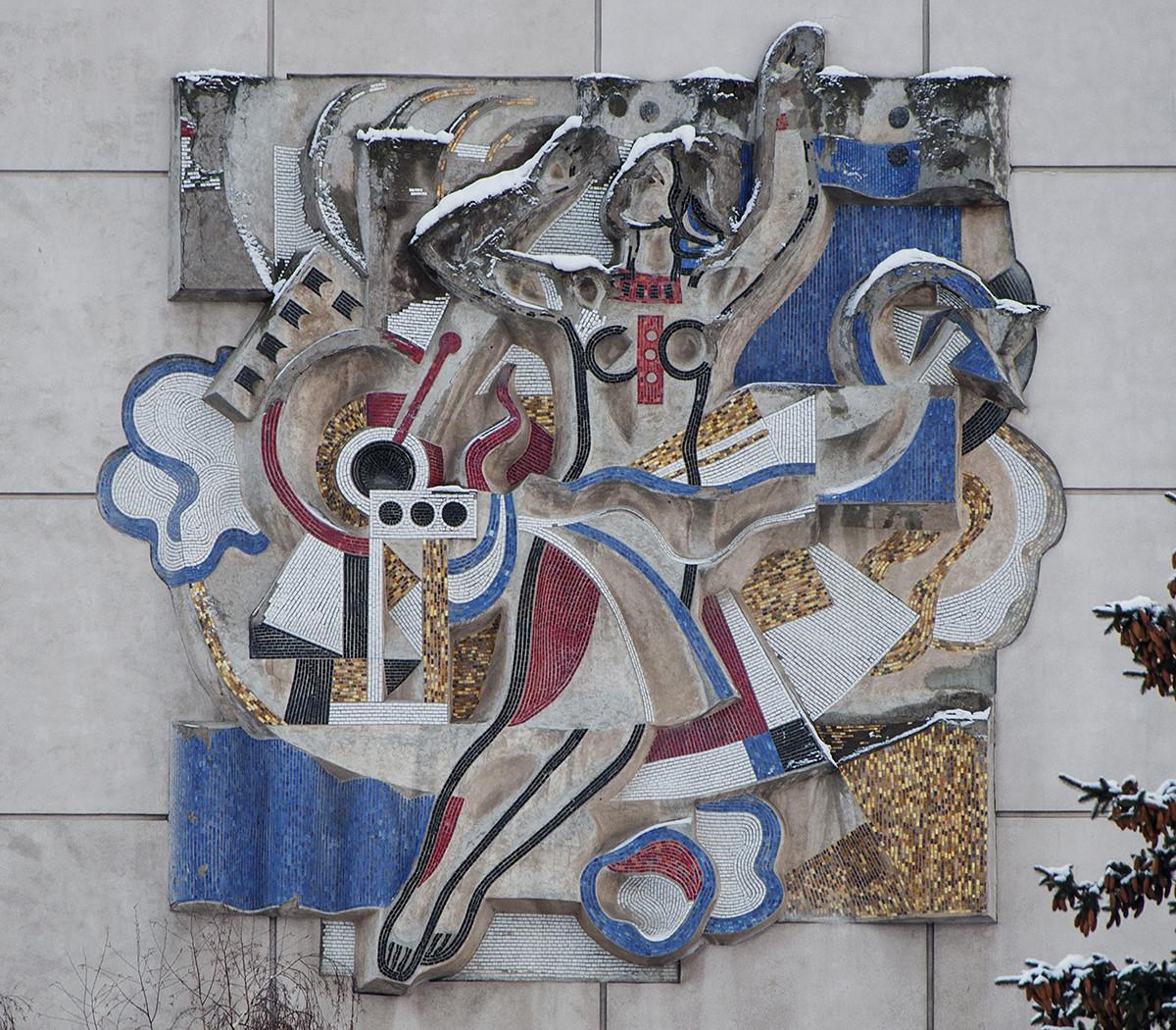 """""""Comunicación"""", 1976. Mosaico en bajorrelieve en el edificio de la Comunicación Telefónica internacional de la ciudad de Kúibishev, actualmente Samara."""