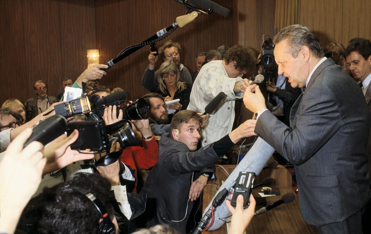 Судьбоносная пресс-конференция Гюнтера Шабовски, где восточногерманский политик по ошибке объявил об открытии границы в Берлине.
