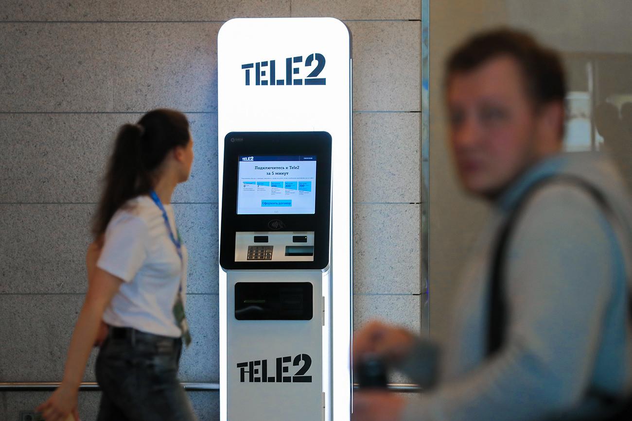 Mesin penjualan kartu SIM otomatis di area kedatangan Bandara Vnukovo, Moskow.
