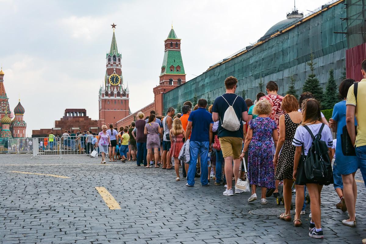 Vrsta za Leninov mavzolej - tu se Rusom v dolgi koloni pridruži tudi veliko tujcev