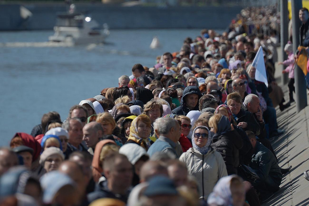 Več kot 25.000 ljudi prišlo k moskovski Katedrali Kristusa Odrešenika, da bi počastili relikvije sv. Nikolaja Čudodelca, ki so jih pripeljali iz Barija; 21. 5. 2017.