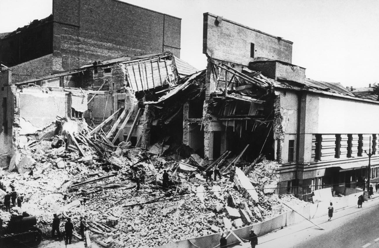 Le théâtre Vakhtangov, rue Arbat, détruit par un bombardement nazi dans la nuit du 23 au 24 juillet 1941.