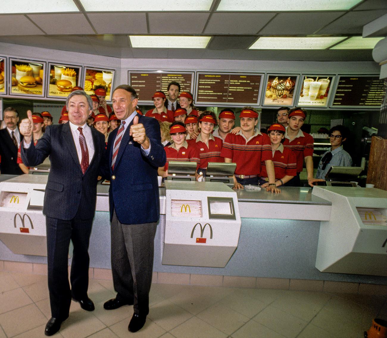 Владимир Малишков (вляво), ръководител на съвместния съветско-канадски ресторант на McDonald's, председател на борда, и Джордж А. Коън, заместник-ръководител на