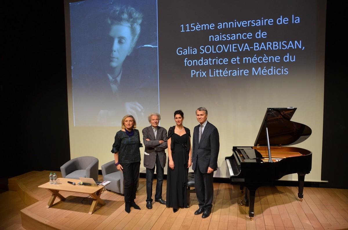 De gauche à droite: Zoya Arrignon, Dominique Fernandez, Carine Daniau-Sinigaglia, Léonid Kadychev, directeur du Centre spirituel et culturel orthodoxe russe de Paris