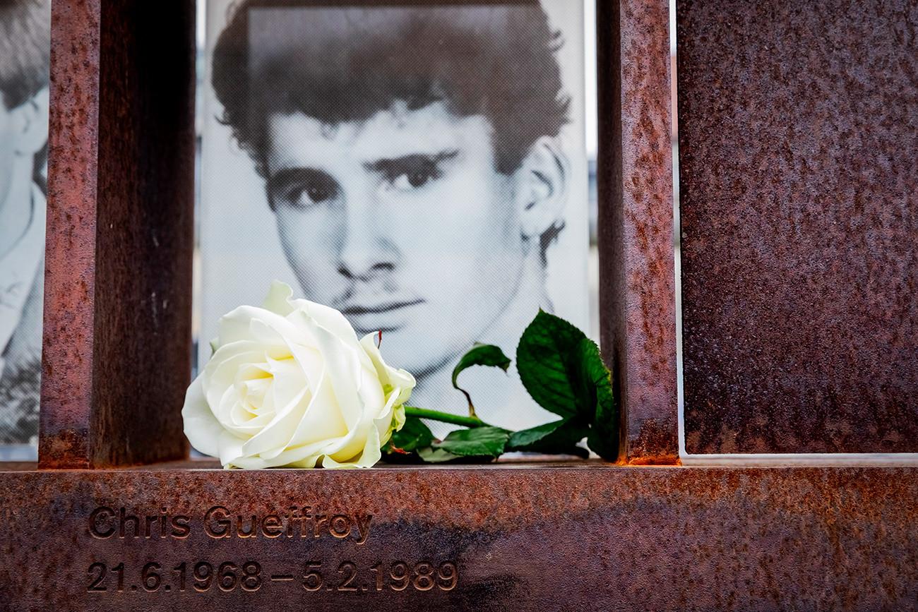 Foto Chris Gueffroy dengan mawar putih dapat dilihat di jendela Memorial Korban Tembok Berlin di bekas jalur kematian di Bernauer Strasse. Chris Gueffroy, yang ditembak 30 tahun lalu di Tembok Berlin saat berusaha melarikan diri, adalah orang terakhir yang mati dengan menggunakan senjata api.