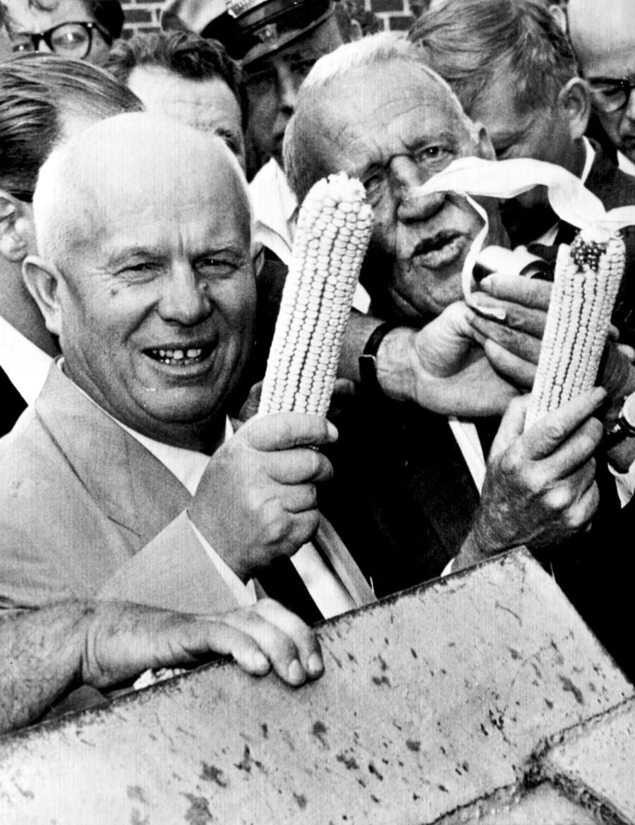 Никита Хрушчов и Розуел Гарст позират с царевични кочани по време на инспекционна обиколка във фермата на Гарст в Куун Рапидс, Айова. Хрушчов става първият съветски лидер, посетил САЩ. Той пътува до Вашингтон, Ню Йорк, Калифорния и Айова и провежда срещи с президента Дуайт Айзенхауер