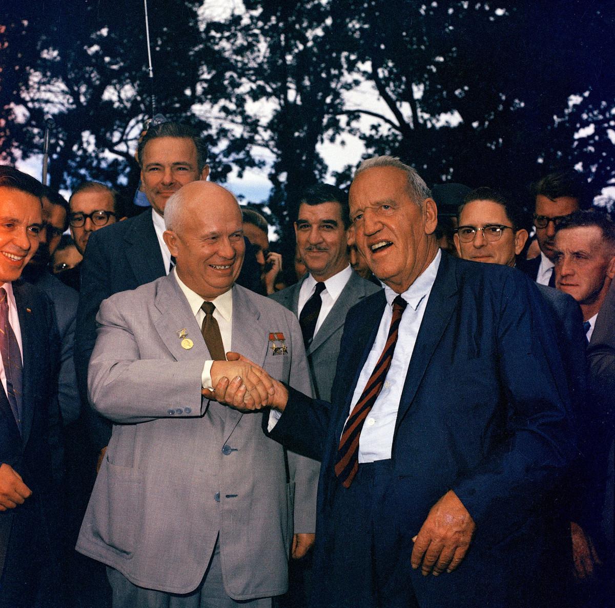 Съветският премиер Никита Хрушчов (вляво) стиска ръката на Розуел Гарст, фермер от Айова, при когото е на посещение, 23 септември 1959 г.