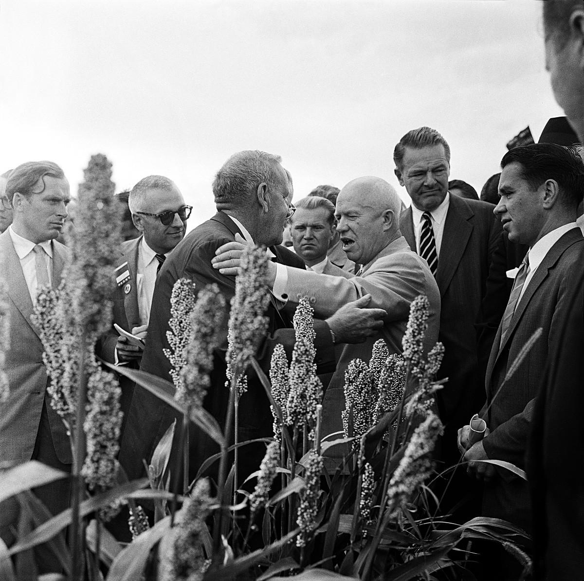 Никита Хрушчов и неговият домакин Розуел Гарст разговарят помежду си в полето  по време на обиколка на фермерска площ в Куун Рапидс, Айова, 23 септември 1959 г.