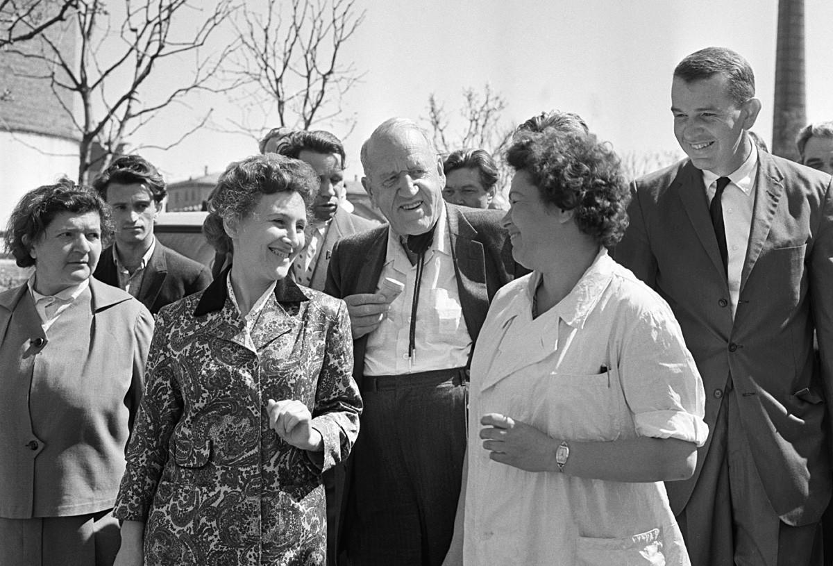 Москва. СССР. 10 май 1963 г.  американският фермер Розуел Гарст (вляво) и неговият племенник Джон Кристал (вдясно) посещават Изложбата напостиженията на националната икономика.