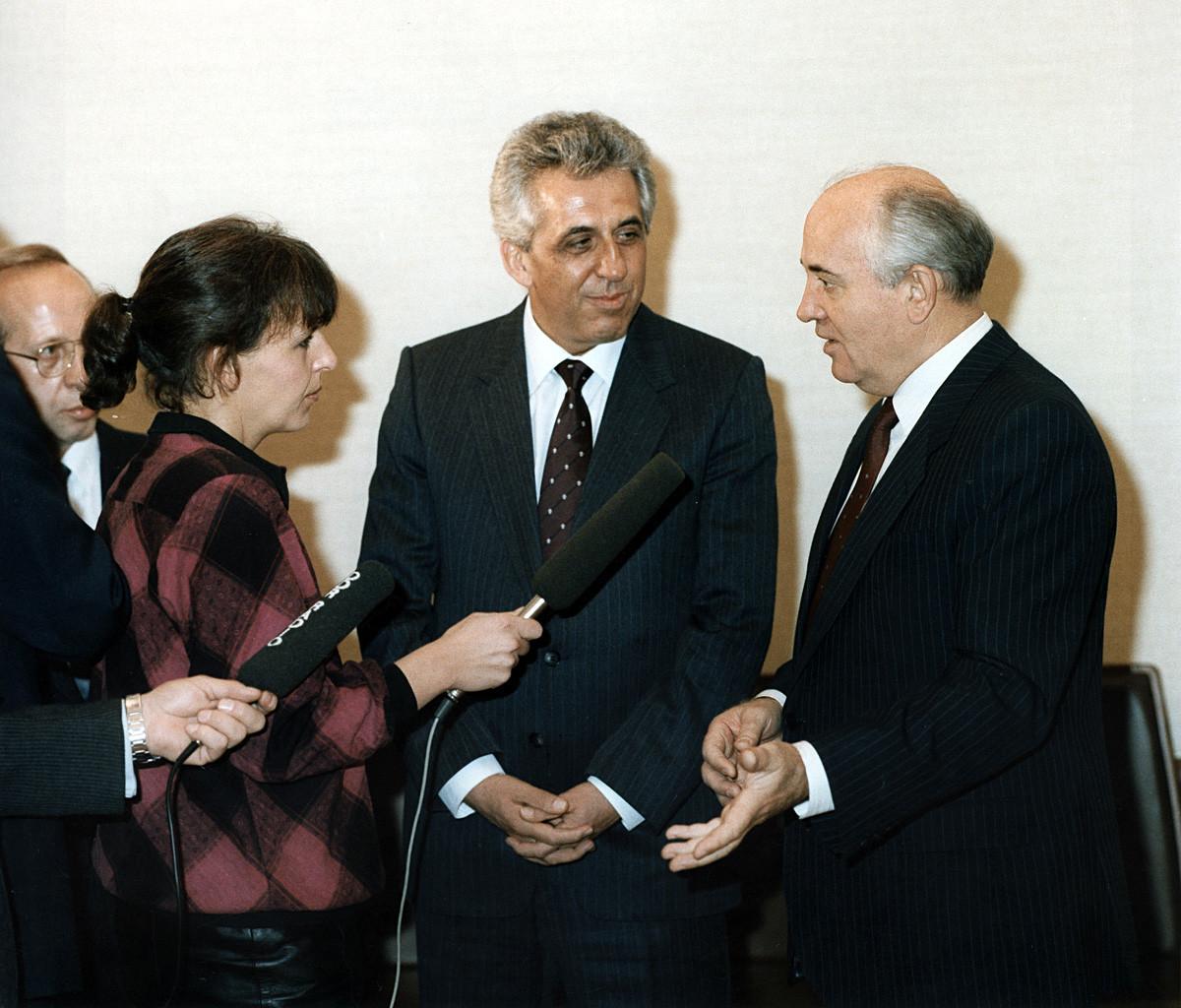 Mikhail Gorbachev con il leader della Repubblica democratica tedesca Egon Krenz