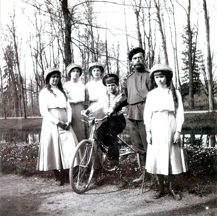 Nikolai 2º com os filhos. Retrato de família no parque