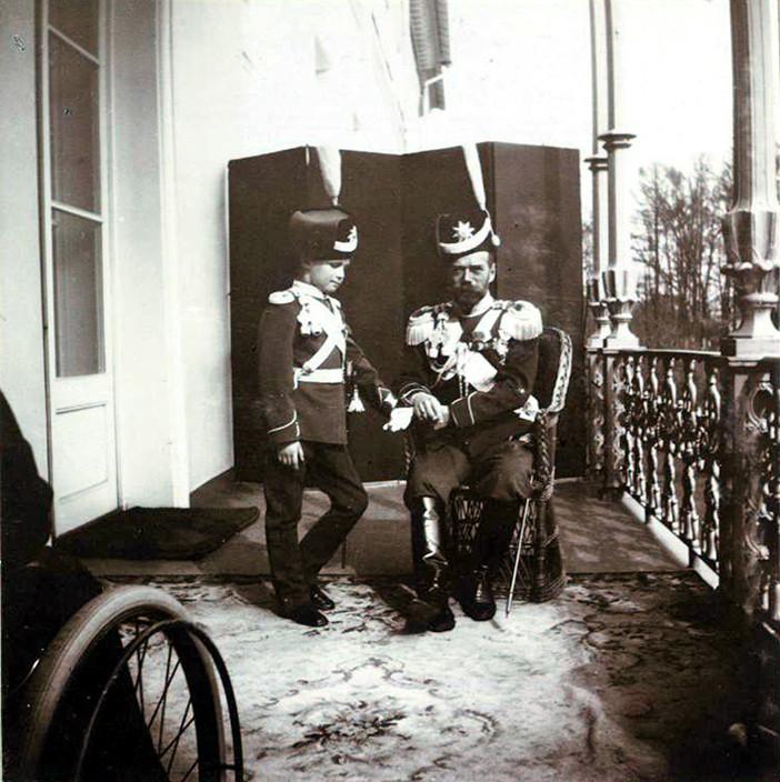 Tsarévitch Aleksêi e tsar Nikolai 2º na varanda do Palácio de Aleksandr