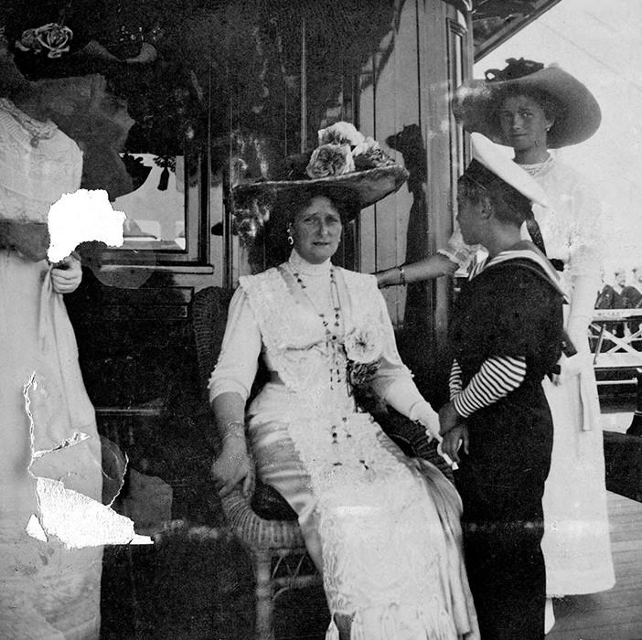 Imperatriz com as filhas Tatiana e Olga e o tsarévitch Aleksêi