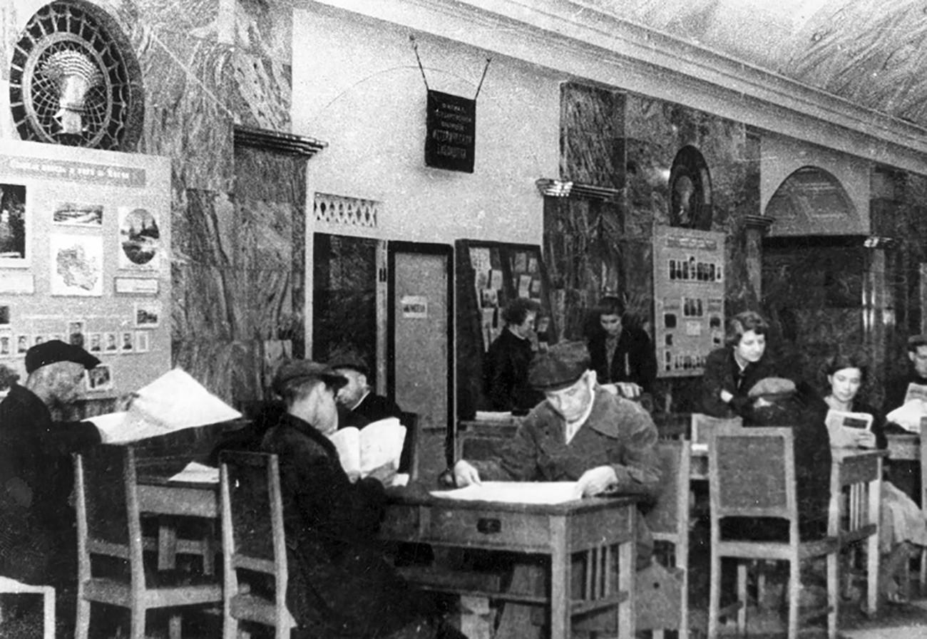 Suasana perpustakaan di Stasiun Kurskaya.