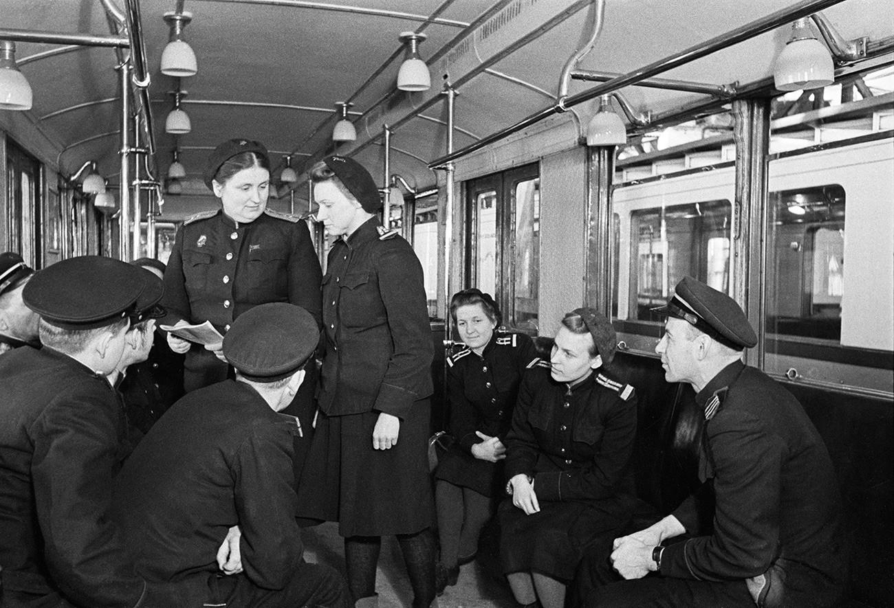 E. Mishina, berdiri, kiri, operator senior di fasilitas pemeliharaan Severnoye Metro Moskow. 1949.