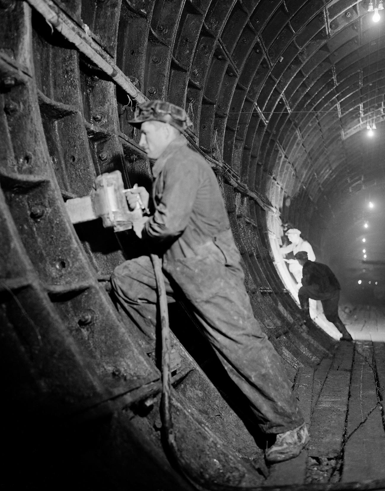 Pembangunan jalur metro Arbatsko-Pokrovskaya di Moskow, 1944.