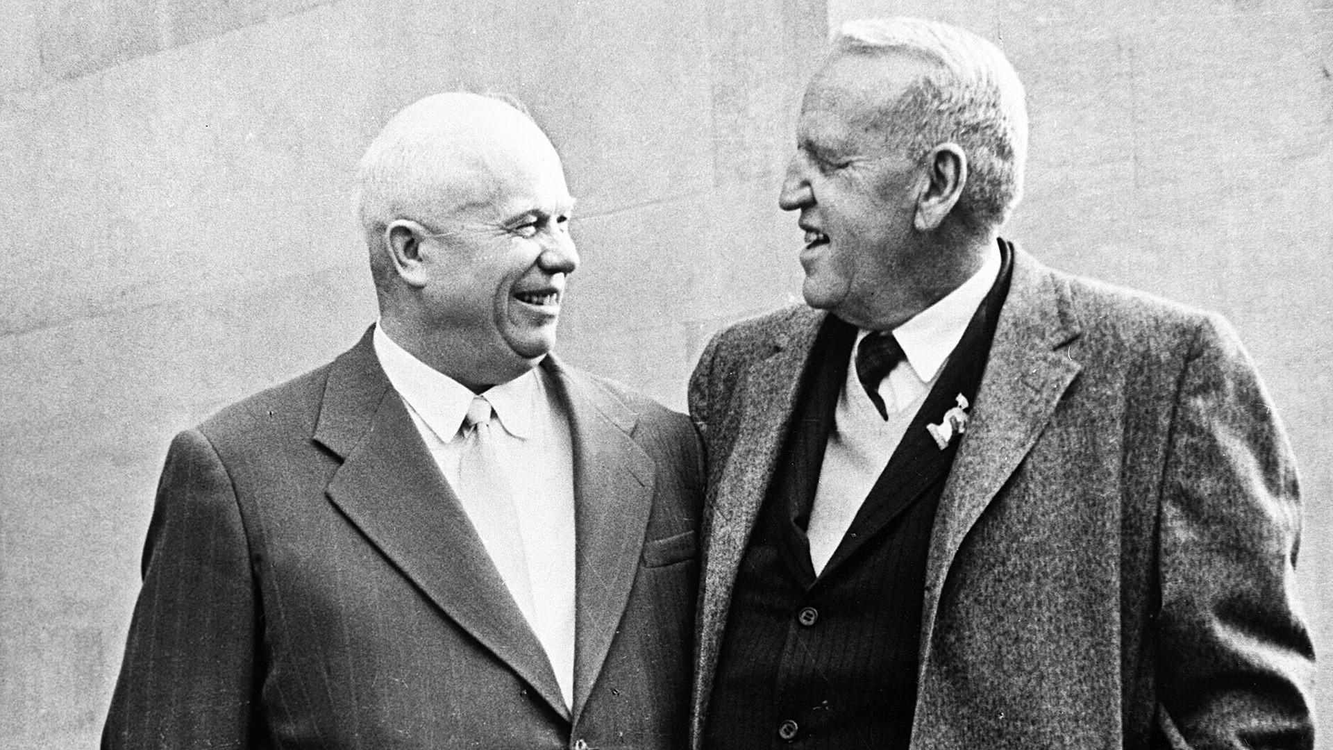 Nikita Khrouchtchev (1894-1971), premier secrétaire du Comité central du PCUS, à gauche, et Roswell Garst, agriculteur américain.