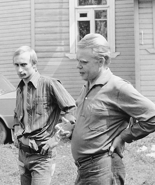 Reproduksi dari foto tahun 80an -- 88an. Vladimir Putin (kiri) di rumah pedesaan seorang temannya.