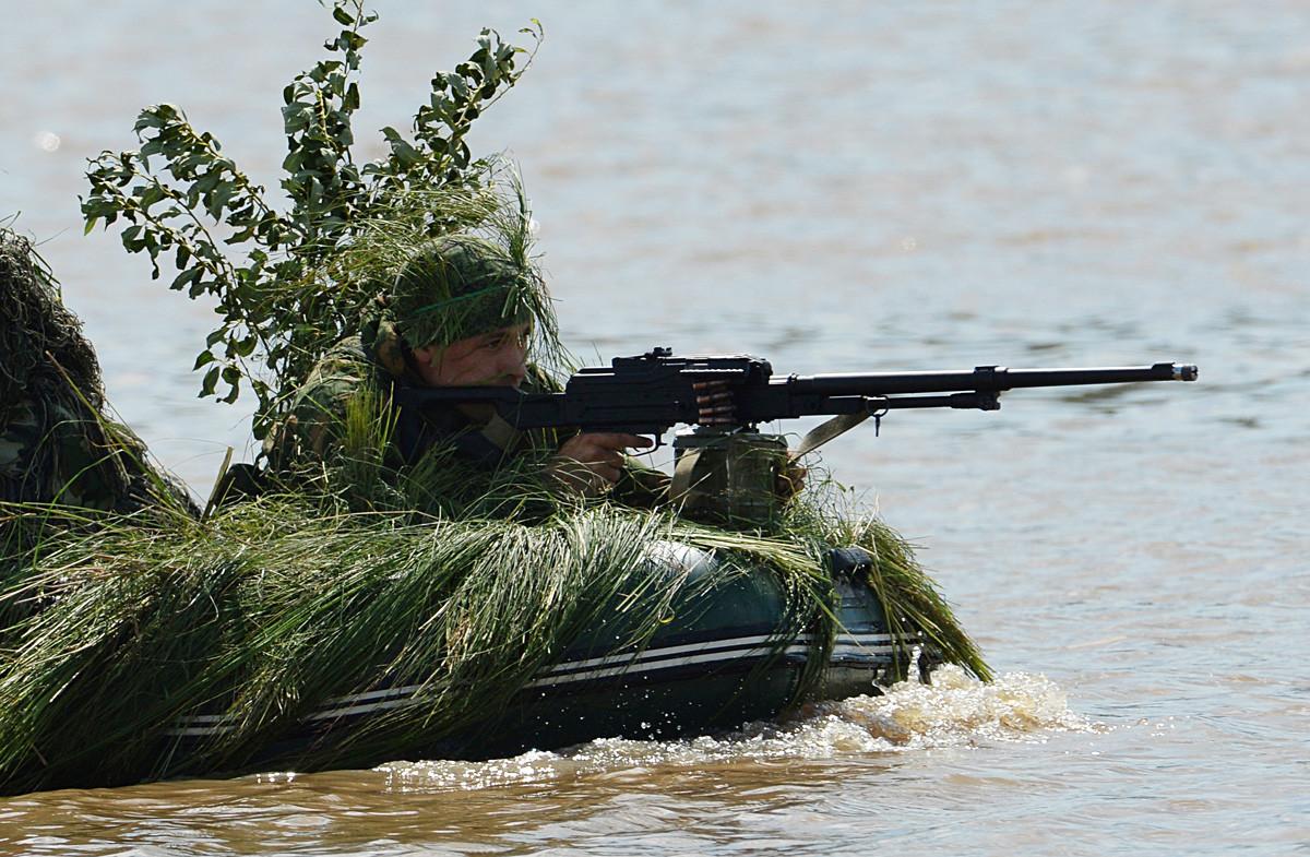 Izvidnik prečka reko na usposabljanju za premagovanje vodnih ovir. Poligon Sergejevski v Primorskem kraju na Daljnem vzhodu Rusije.