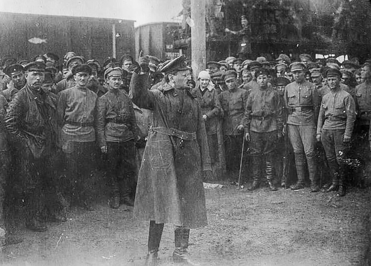 Лав Троцки држи говор војницима.