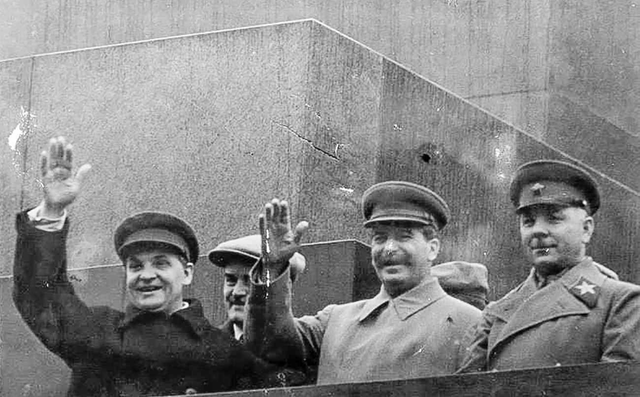 Сталин на трибуне мавзолея.