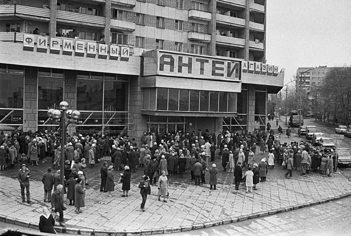 Antrean pelanggan menunggu penjualan barang di toko Antey di pusat Saratov, 24 April 1989.
