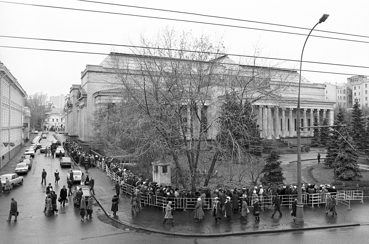 Orang-orang mengantre untuk melihat pameran