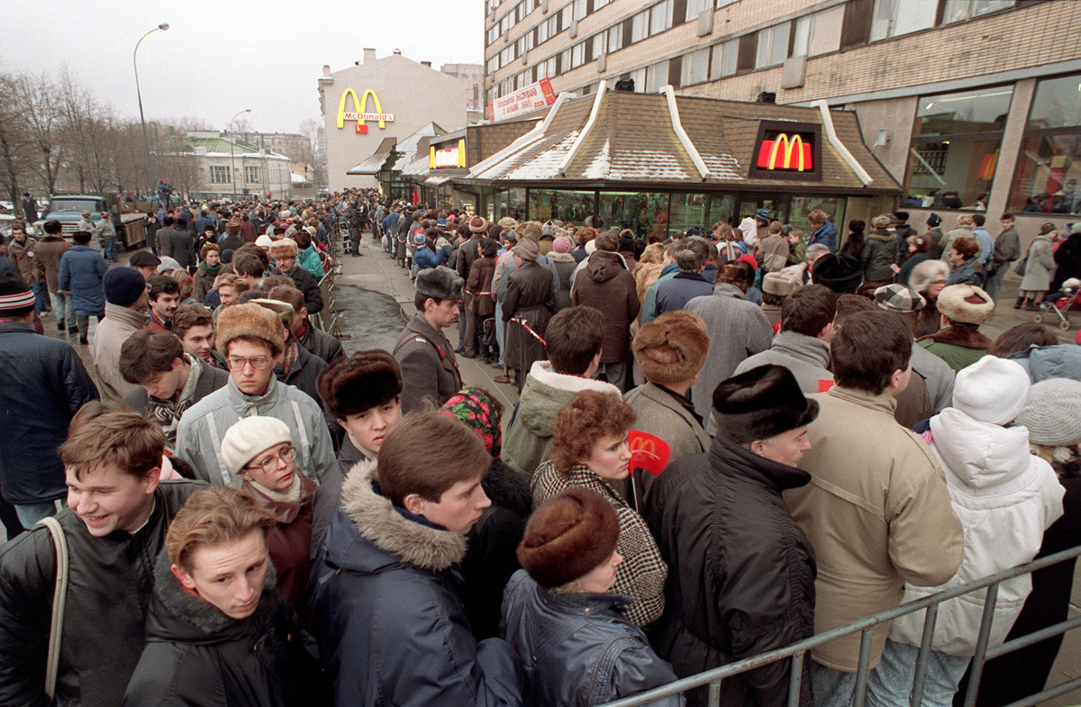 Ratusan warga Moskow mengantre pada pembukaan restoran McDonald's pertama di Soviet, Januari 1990.
