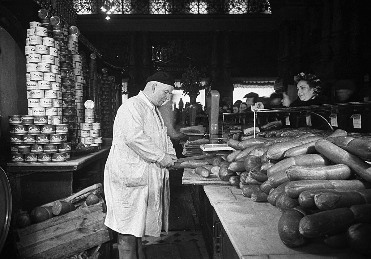 Venditore di salsicce nel negozio l'Eliseevskij di Mosca