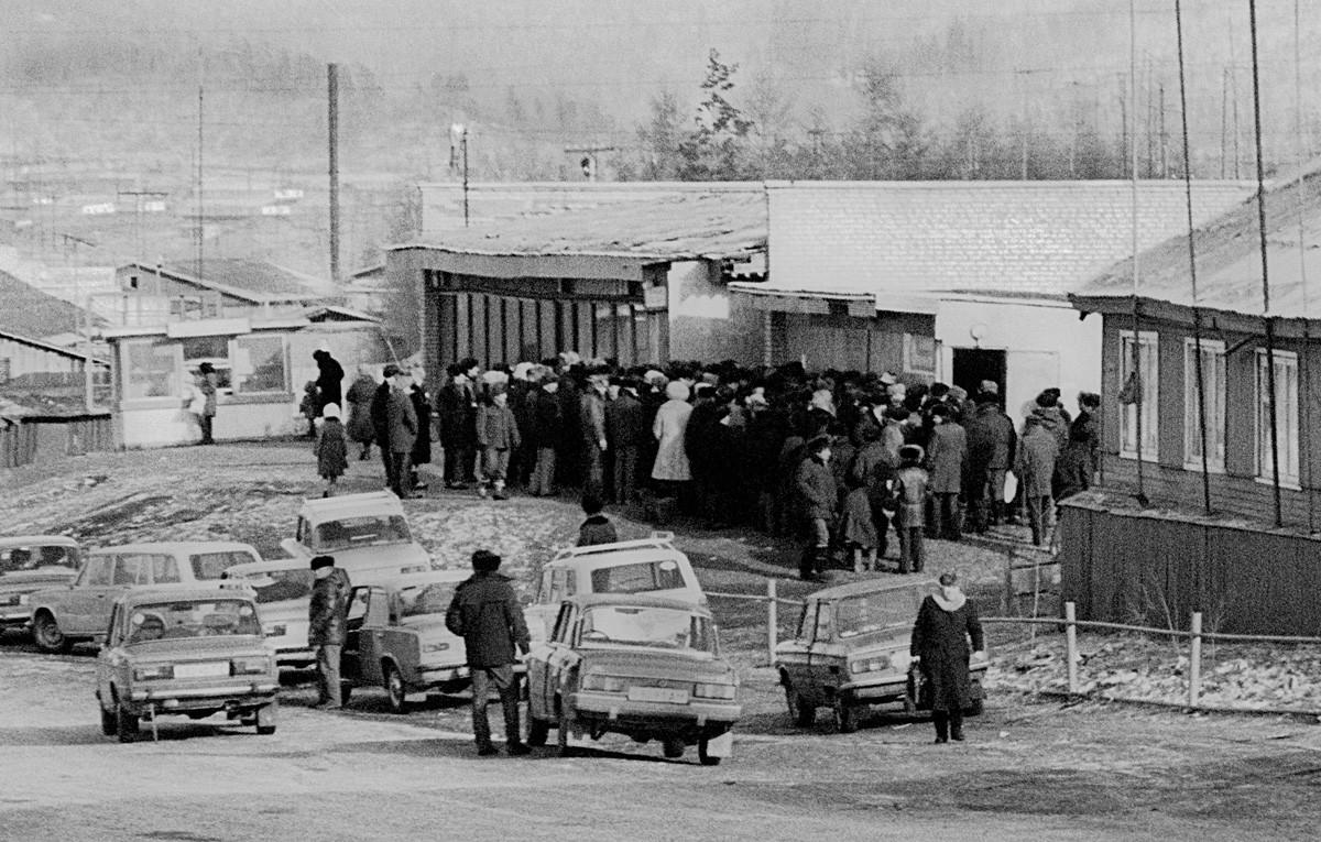 Gente in fila davanti a un negozio di liquori a Tynda, nell-Estremo oriente russo, 1988