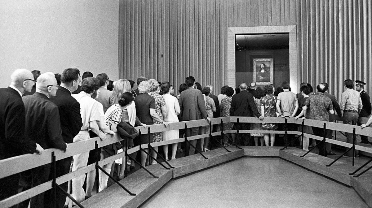Gente in coda per ammirare la Gioconda, esposta nel Museo Pushkin di Mosca nel 1974