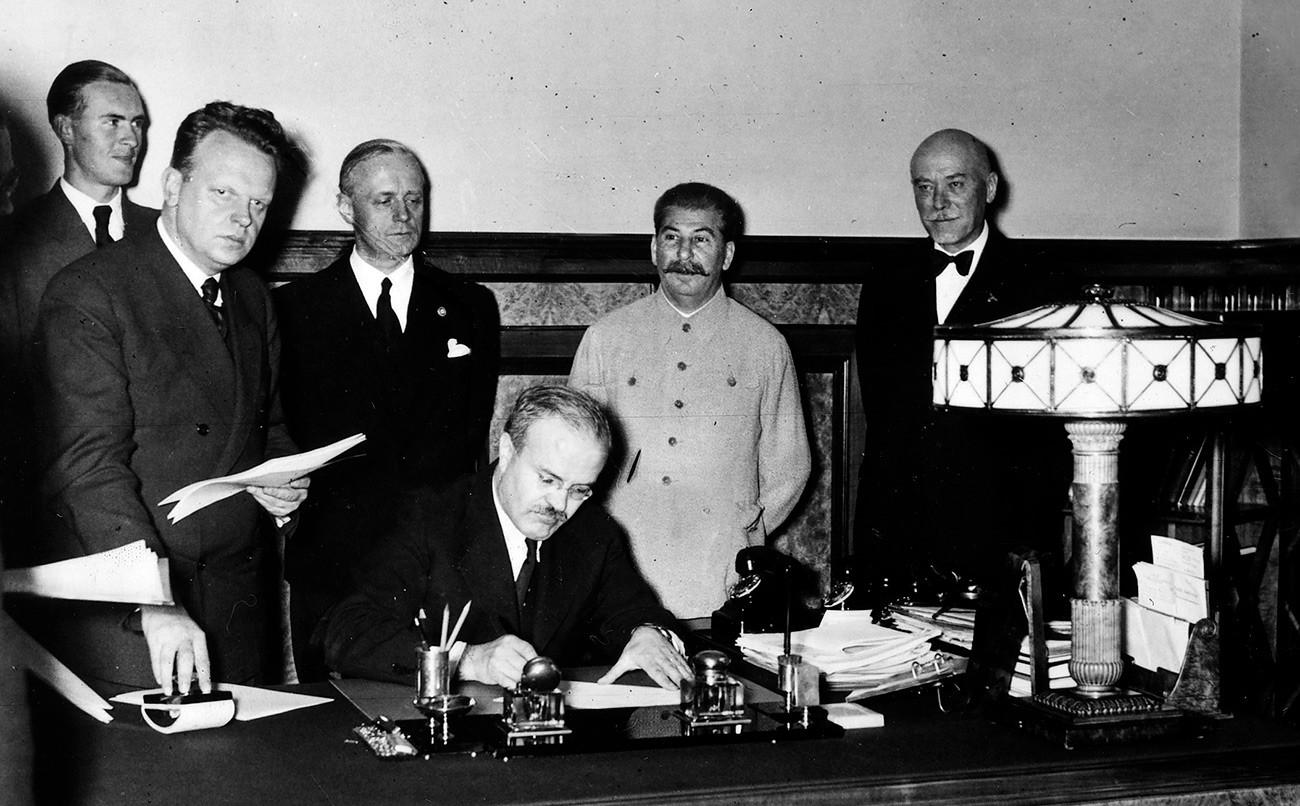Schulenburg (a destra) assiste alla firma del trattato di non aggressione del 1939 da parte di alcuni rappresentanti tedeschi e sovietici. Egli credeva che potesse portare una pace duratura tra i due paesi