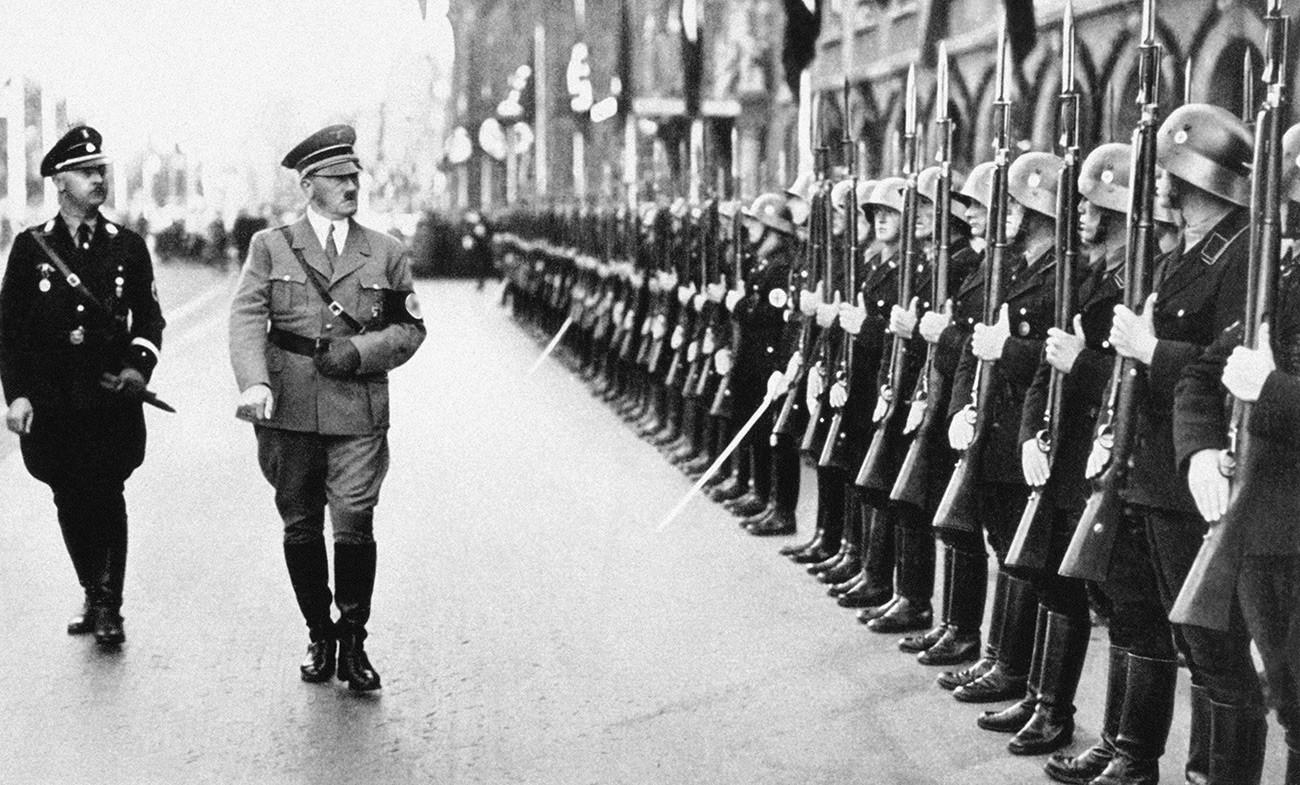 Adolf Hitler con le sue truppe