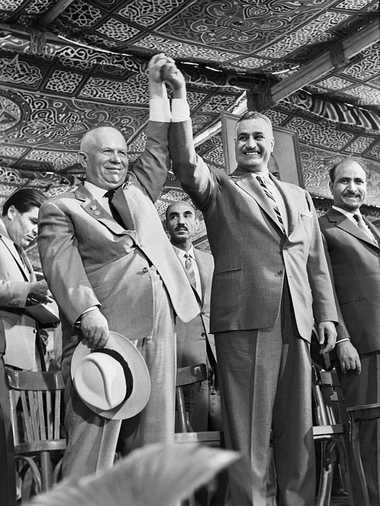 Der sowjetische Generalsekretär Nikita Chruschtschow und der Präsident der Vereinigten Arabischen Republik Gamal Abdel Nasser