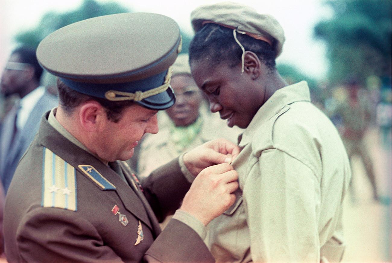 Held der Sowjetunion Kosmonaut German Titow mit einem jungen Kongolesen