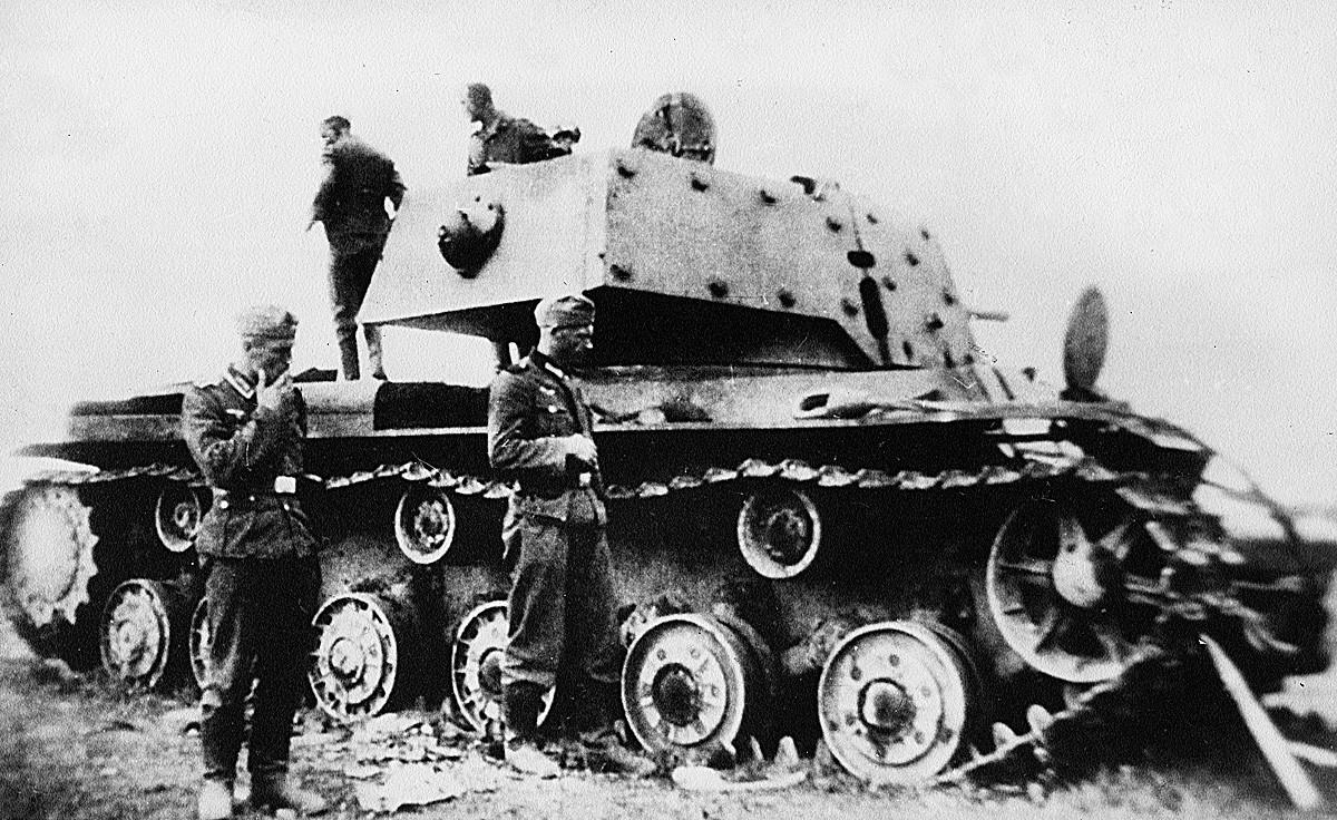 Тешки совјетски тенк КВ-1 (1940) који су запосели Немци.
