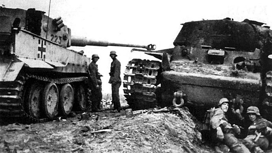 """Немачки """"Тигар"""" поред погођеног совјетског тенка КВ-1С."""