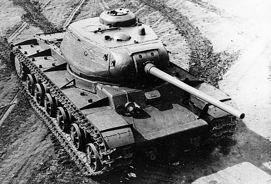 Тенк КВ-85, тешки совјетски тенк из доба Великог отаџбинског рата.
