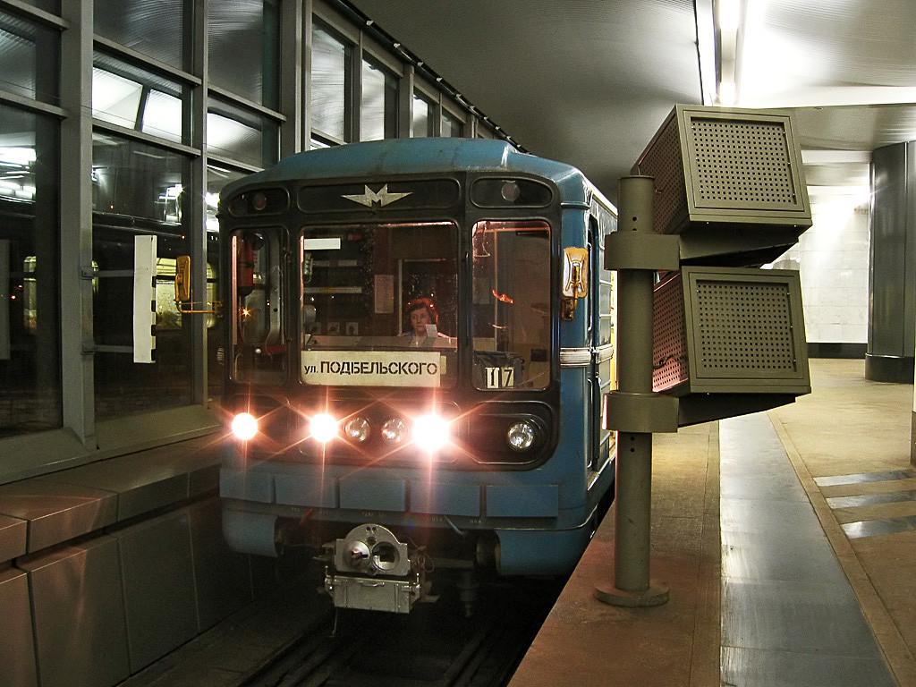 Električni vlak moskovskega metroja 81-717/714 na postaji Vorobjovi Gori. V kabini sedi strojevodja 1. reda Natalija Kornijenko