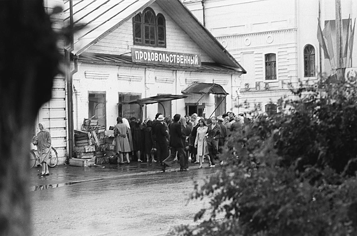 Очередь в продовольственный магазин в Великом Устюге, 1967.