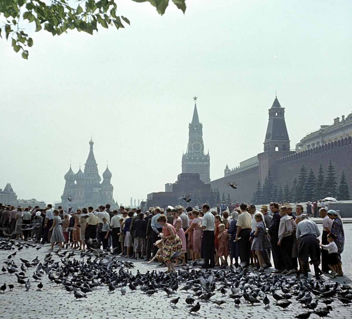 Красная площадь в Москве. Очередь к Мавзолею В.И. Ленина, 1961.