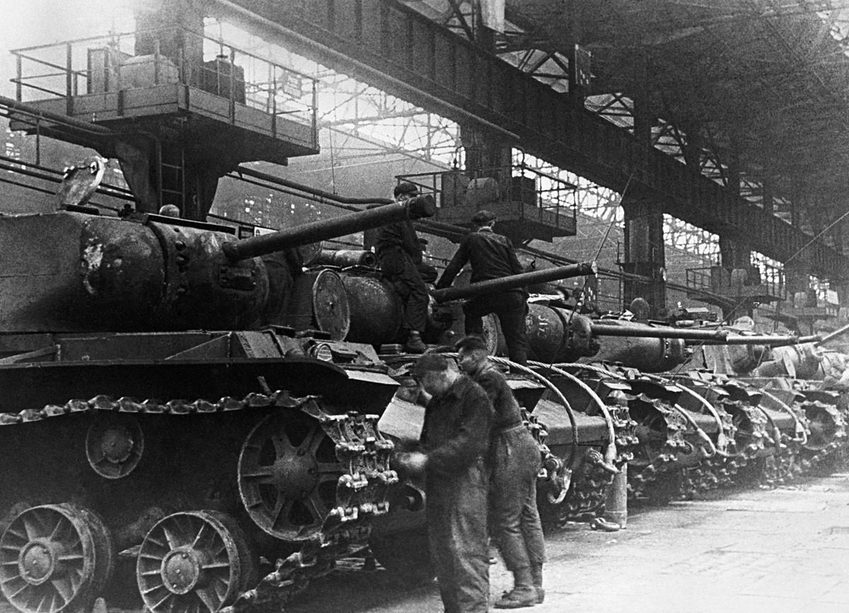 Čeljabinsk, SSSR. Tenkovi KV-1 u pogonu za sklapanje, Čeljabinska tvornica traktora u vrijeme Velikog domovinskog rata.