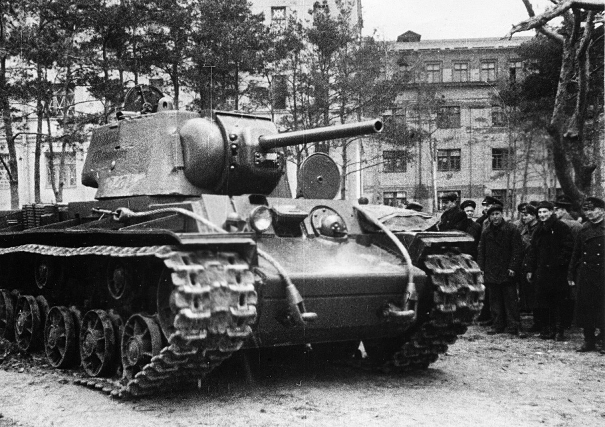 Tenk KV-1 (Kliment Vorošilov). Grupa civila i crvenoarmejaca promatra novi tenk KV-1 koji je tek izašao iz tvornice i sprema se ići na front. SSSR, Drugi svjetski rat.