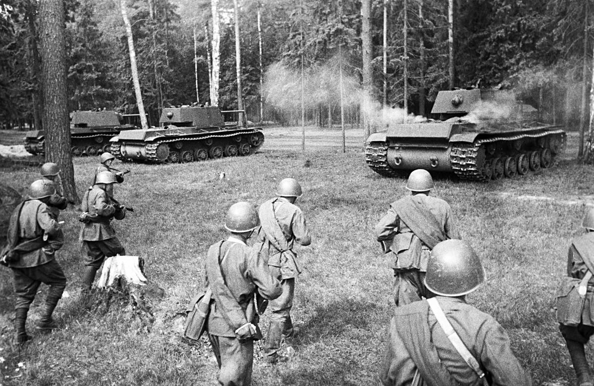 Sovjetski teški tenkovi KV-1 zauzimaju položaj za napad. Zapadni front.