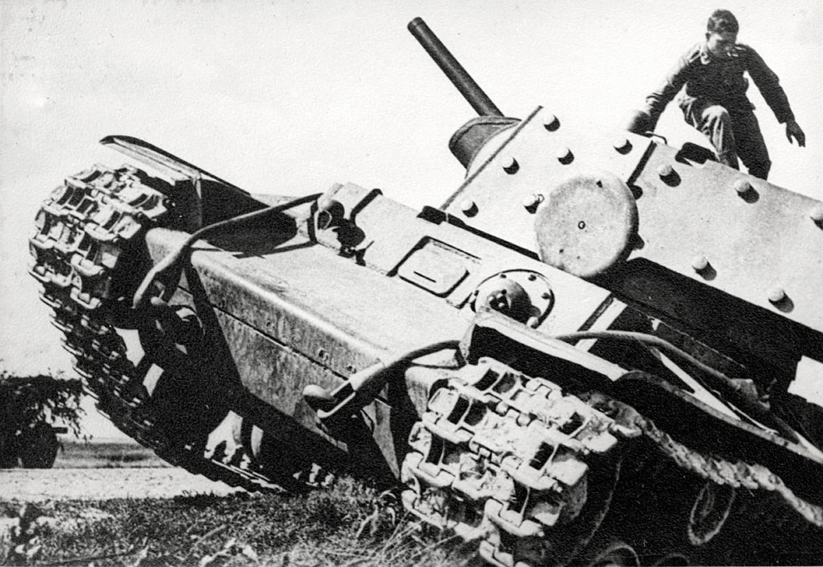 Ruski teški tenk KV-1 (Kliment Vorošilov). Ovaj model je bio dva puta teži od tadašnjih njemačkih tenkova i u početku je predstavljao problem za njemačku ofenzivu, jer mu većina oruđa nije mogla probiti oklop.
